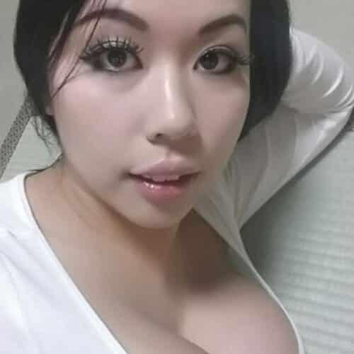 Jeune femme asiatique cherche homme fort pour soirée douce