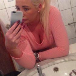 Jeune femme habile de ses mains
