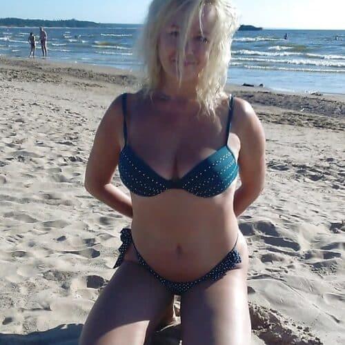 Une femme sexy et très féminine veut baiser